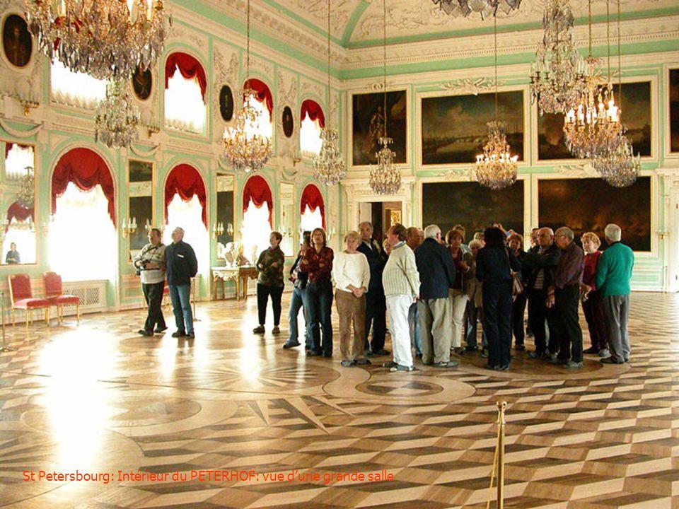 St Petersbourg: Intérieur du PETERHOF: vue d'une grande salle