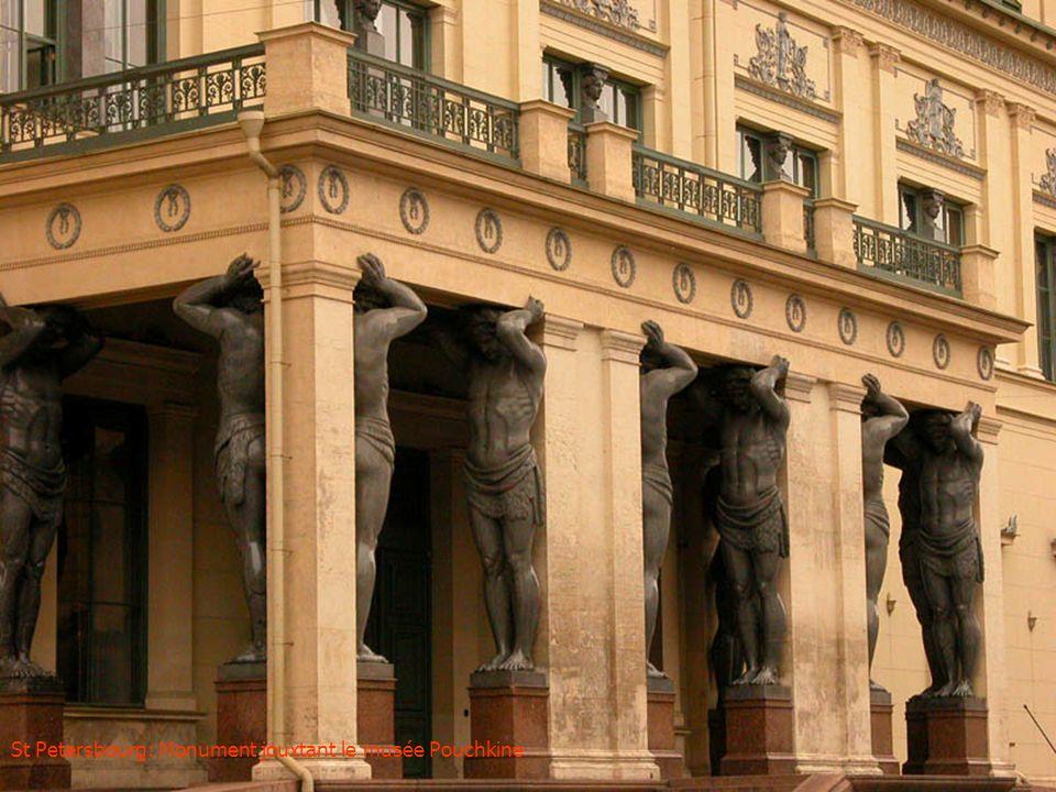 St Petersbourg: Monument jouxtant le musée Pouchkine