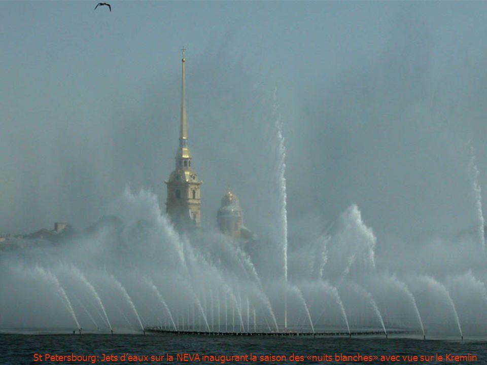 St Petersbourg: Jets d'eaux sur la NEVA inaugurant la saison des «nuits blanches» avec vue sur le Kremlin