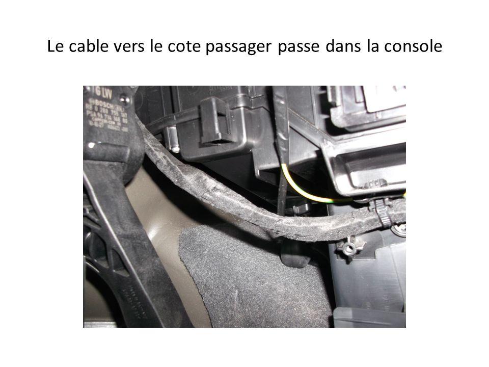 Le cable vers le cote passager passe dans la console