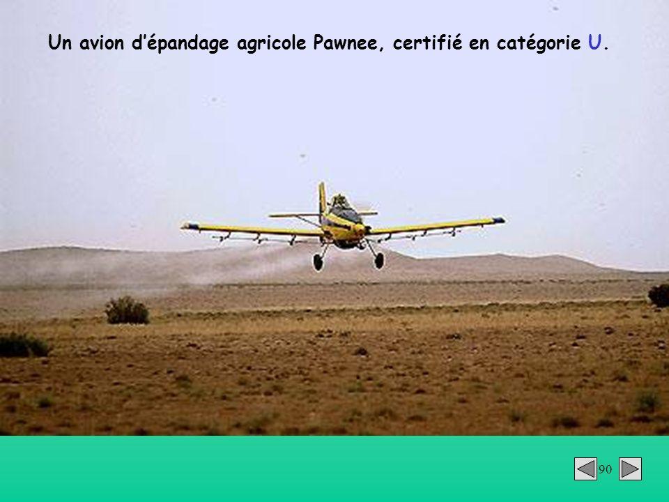 Un avion d'épandage agricole Pawnee, certifié en catégorie U.