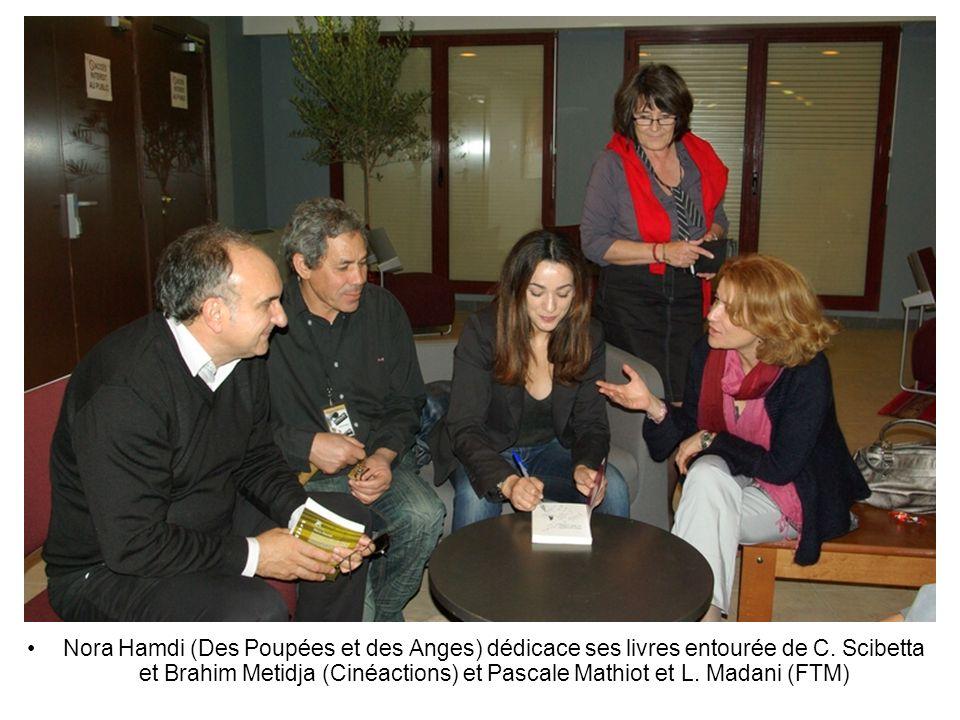 Nora Hamdi (Des Poupées et des Anges) dédicace ses livres entourée de C.