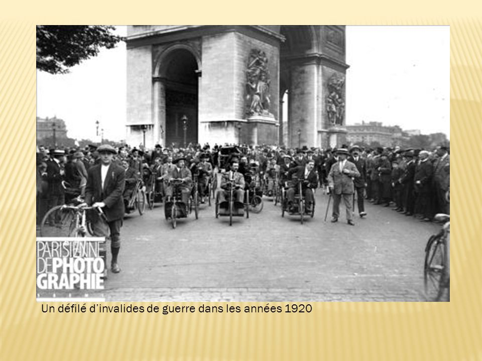 Un défilé d'invalides de guerre dans les années 1920