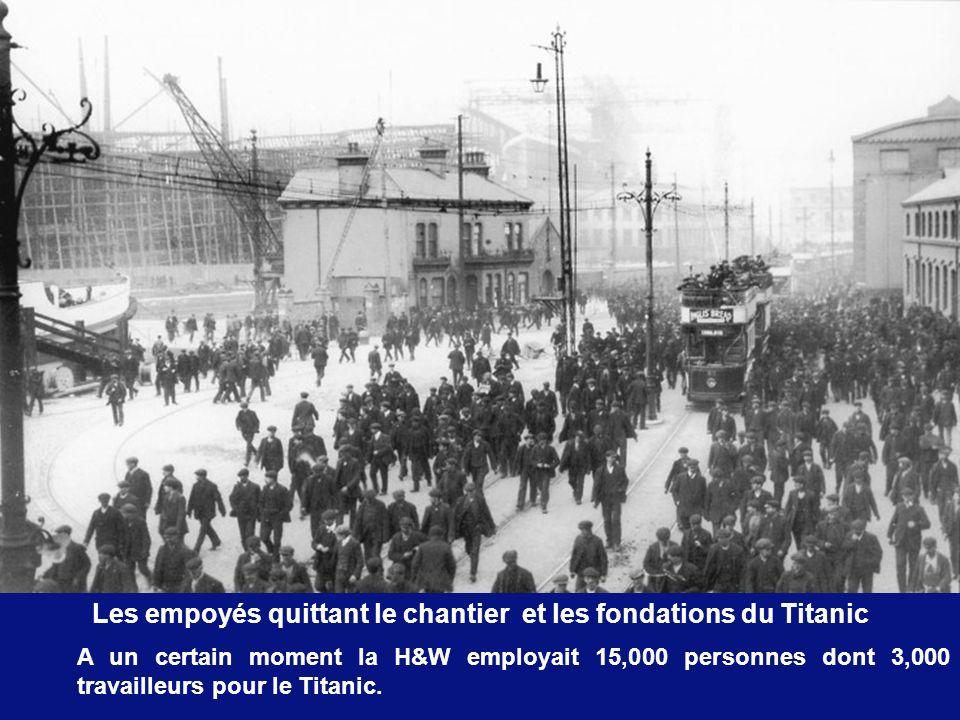 Les empoyés quittant le chantier et les fondations du Titanic