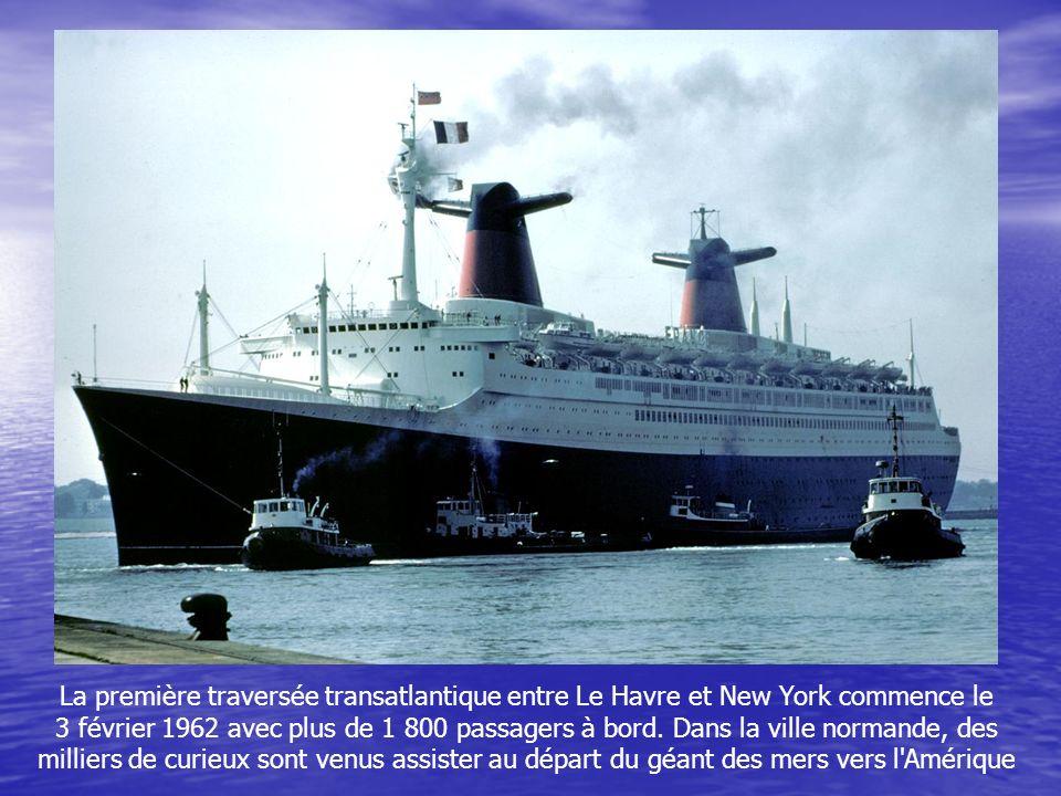 La première traversée transatlantique entre Le Havre et New York commence le 3 février 1962 avec plus de 1 800 passagers à bord.