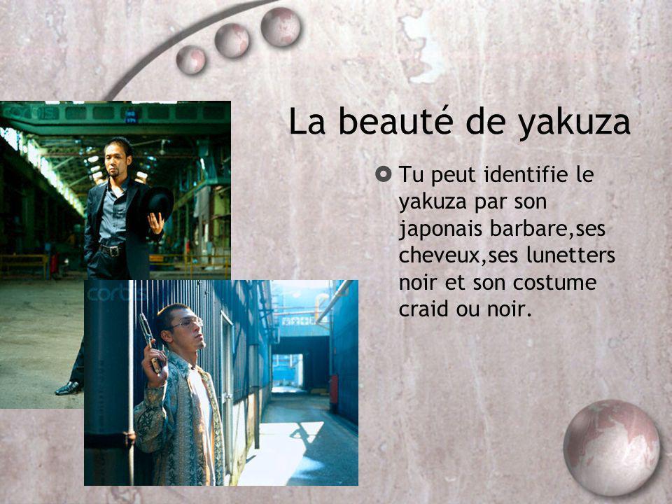 La beauté de yakuza Tu peut identifie le yakuza par son japonais barbare,ses cheveux,ses lunetters noir et son costume craid ou noir.