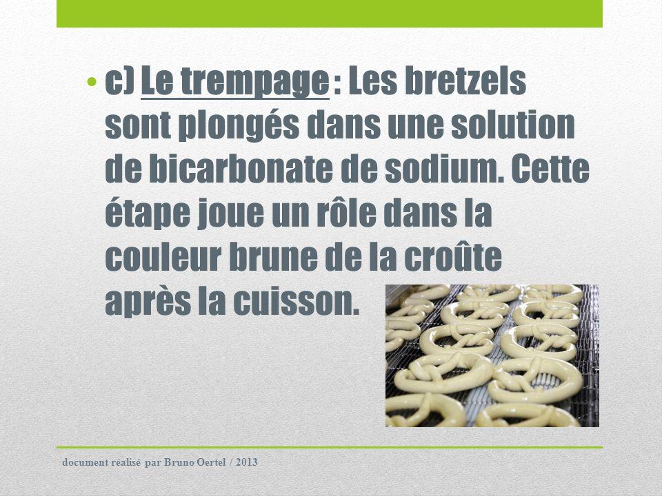 c) Le trempage : Les bretzels sont plongés dans une solution de bicarbonate de sodium. Cette étape joue un rôle dans la couleur brune de la croûte après la cuisson.