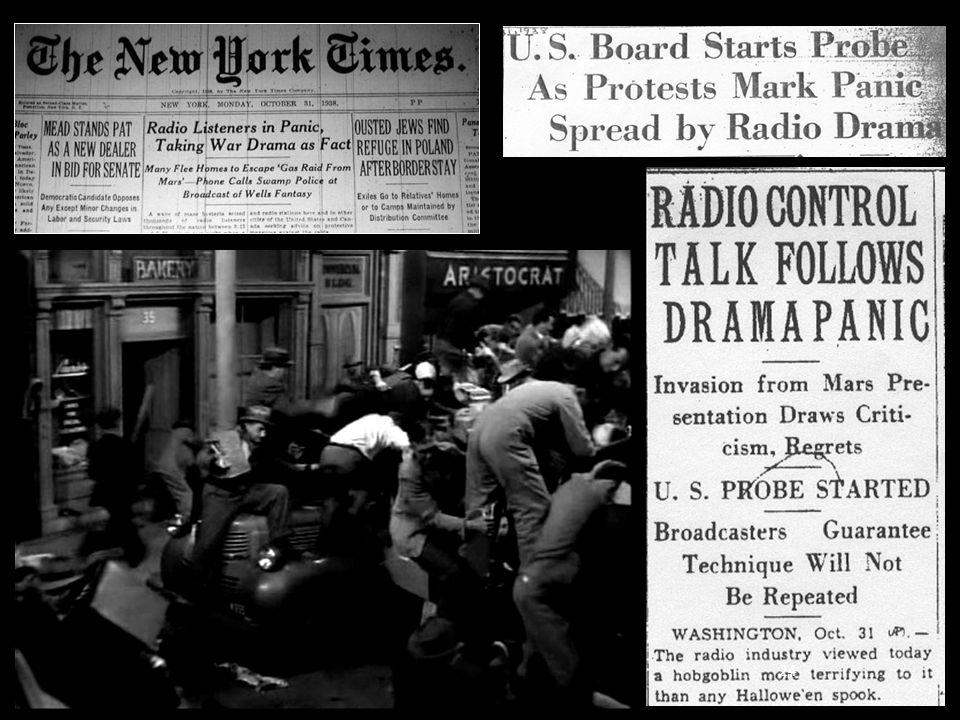 Le 30 octobre 1938, veille d Halloween, Orson Welles et la troupe du théâtre Mercury (en) diffusent sur le réseau CBS une adaptation du roman aux États-Unis. Malgré les avertissements très clairs du début et de la fin de l émission, de nombreux auditeurs se sont laissés berner et ont cru que la Terre et Mars étaient en guerre (et que les Terriens perdaient en quelques heures).