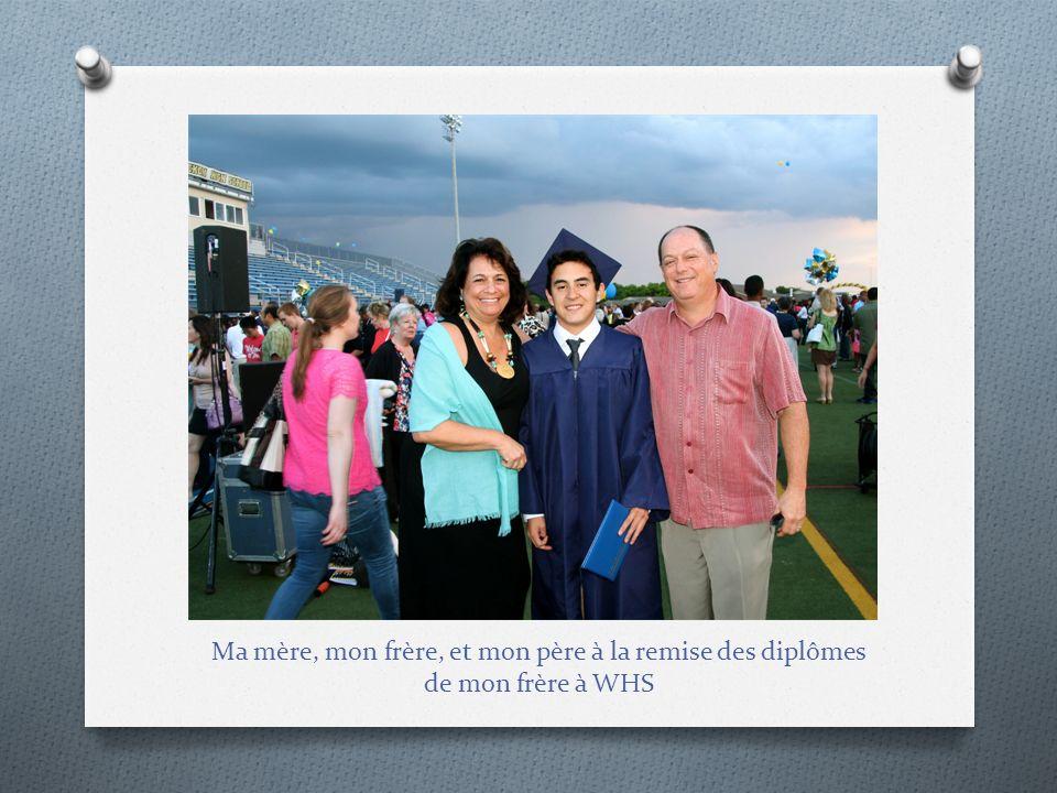 Ma mère, mon frère, et mon père à la remise des diplômes de mon frère à WHS