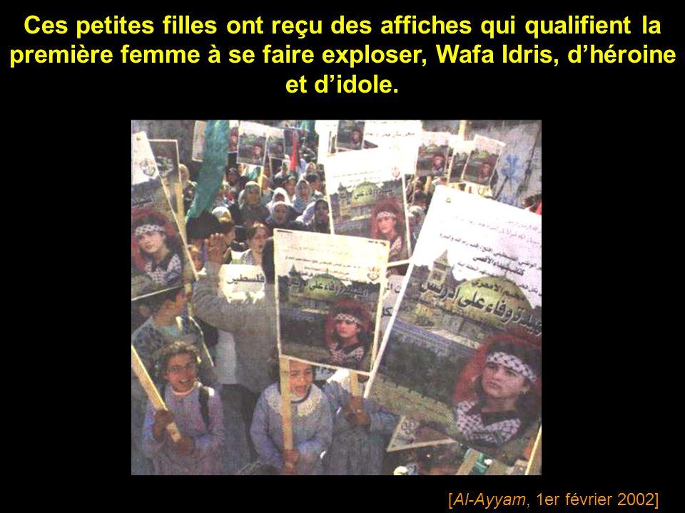 Ces petites filles ont reçu des affiches qui qualifient la première femme à se faire exploser, Wafa Idris, d'héroine et d'idole.