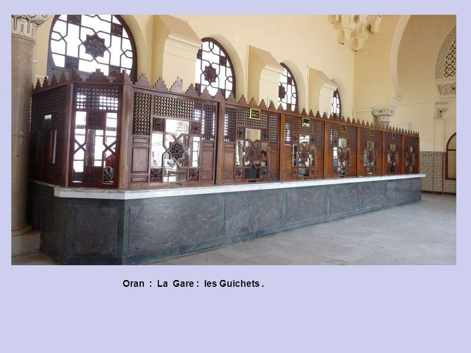 Oran : La Gare : les Guichets .