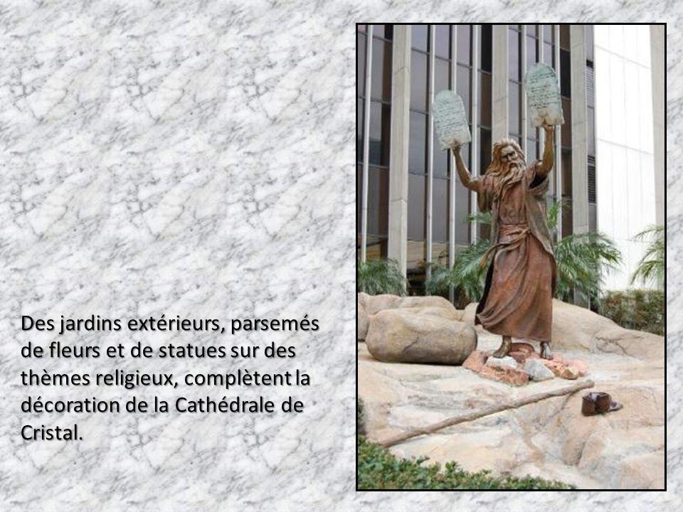 Des jardins extérieurs, parsemés de fleurs et de statues sur des thèmes religieux, complètent la décoration de la Cathédrale de Cristal.