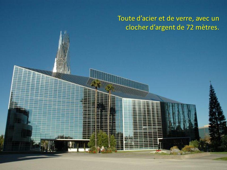 Toute d'acier et de verre, avec un clocher d'argent de 72 mètres.