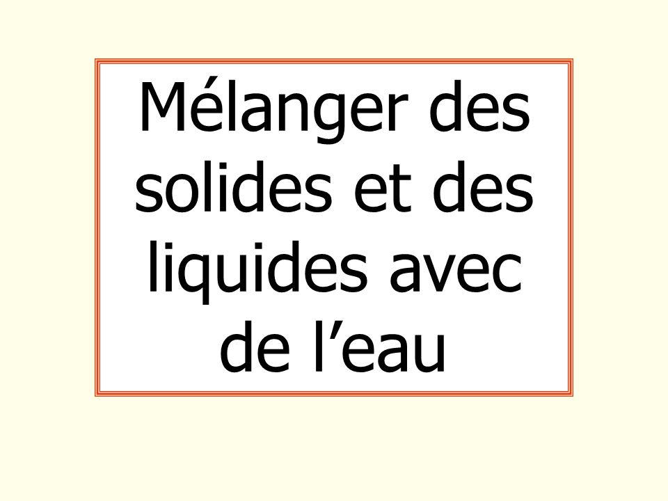Mélanger des solides et des liquides avec de l'eau