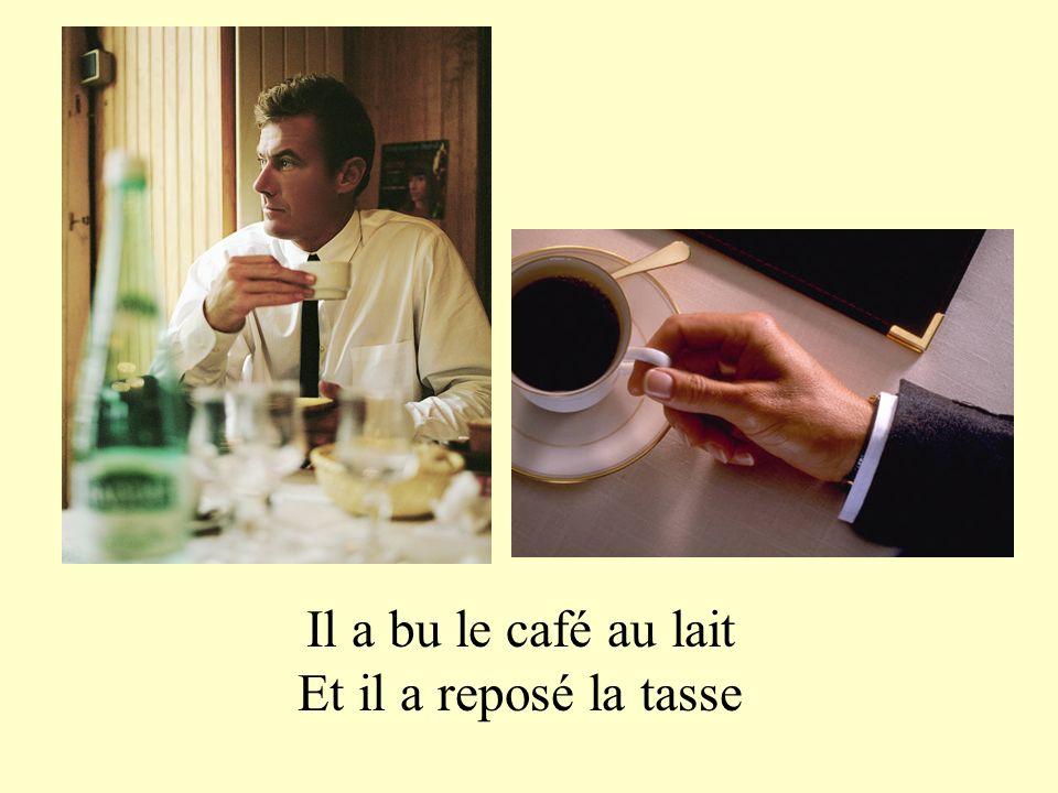Il a bu le café au lait Et il a reposé la tasse