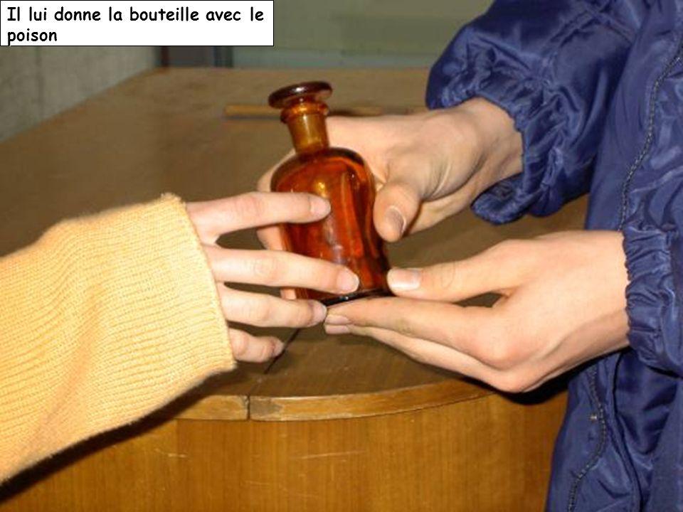 Il lui donne la bouteille avec le poison