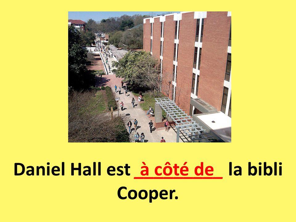 Daniel Hall est _________ la bibli Cooper.