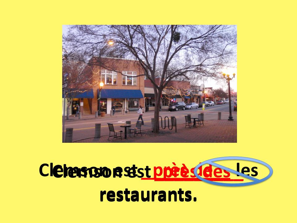 Clemson est _________ les restaurants.