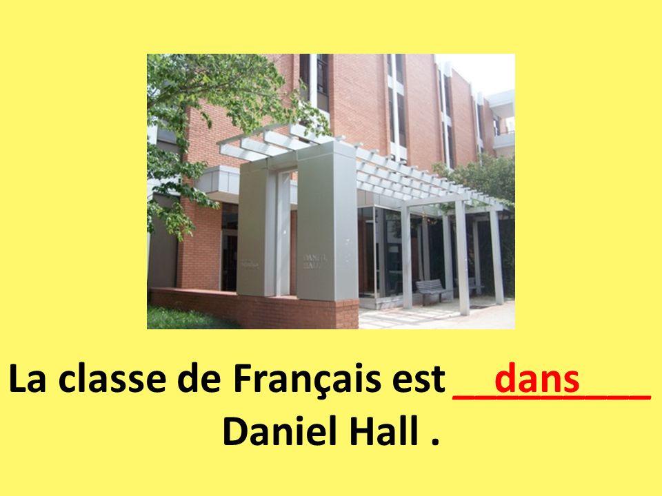 La classe de Français est _________ Daniel Hall .