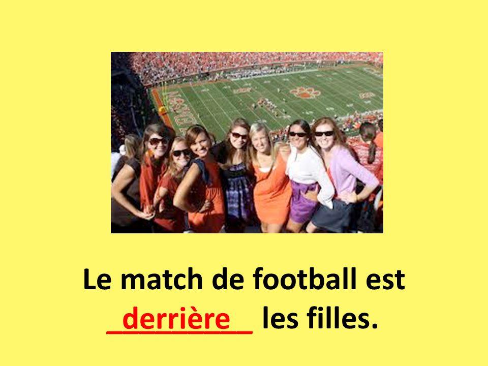 Le match de football est _________ les filles.