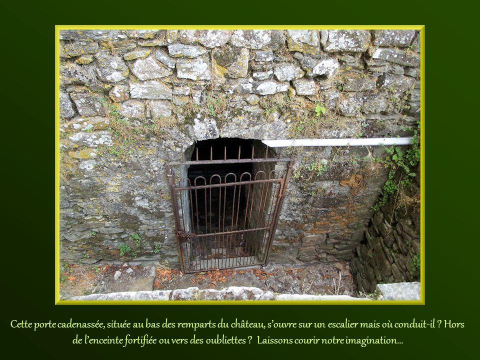 Cette porte cadenassée, située au bas des remparts du château, s'ouvre sur un escalier mais où conduit-il .