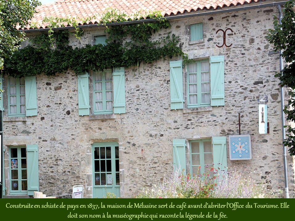 Construite en schiste de pays en 1837, la maison de Mélusine sert de café avant d'abriter l'Office du Tourisme.