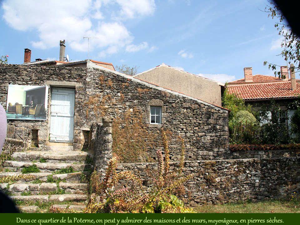 Dans ce quartier de la Poterne, on peut y admirer des maisons et des murs, moyenâgeux, en pierres sèches.