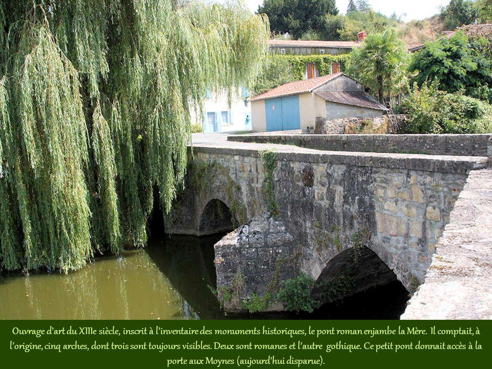 Ouvrage d'art du XIIIe siècle, inscrit à l'inventaire des monuments historiques, le pont roman enjambe la Mère.