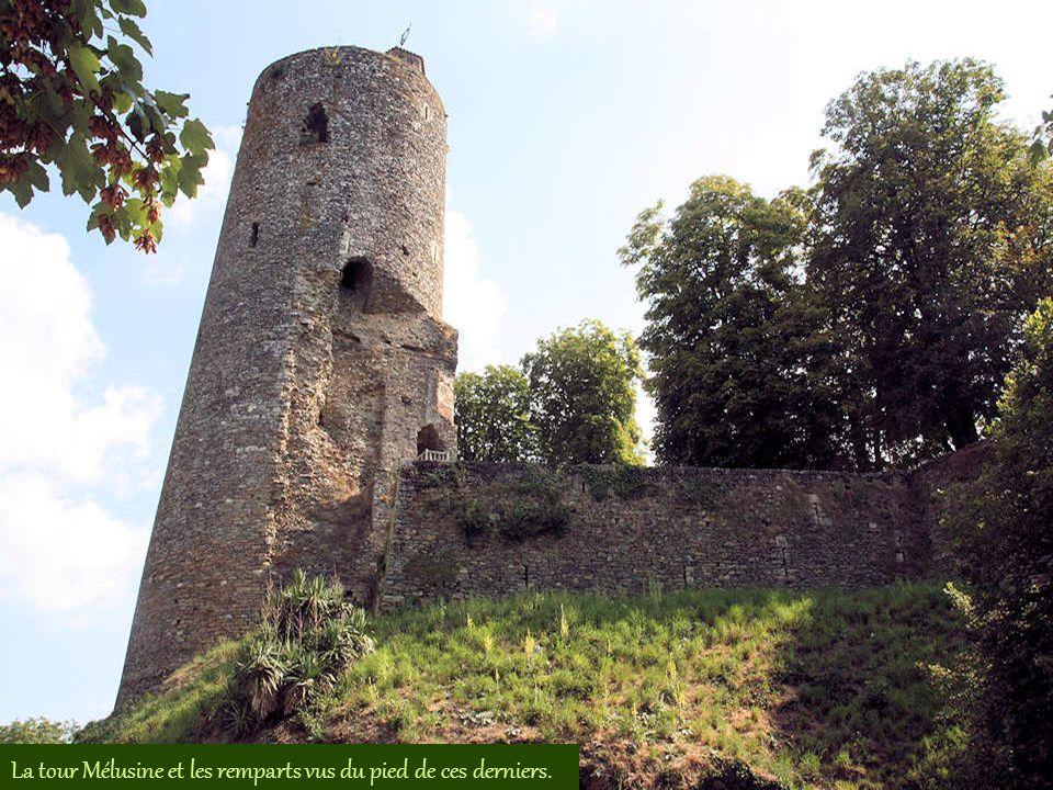 La tour Mélusine et les remparts vus du pied de ces derniers.