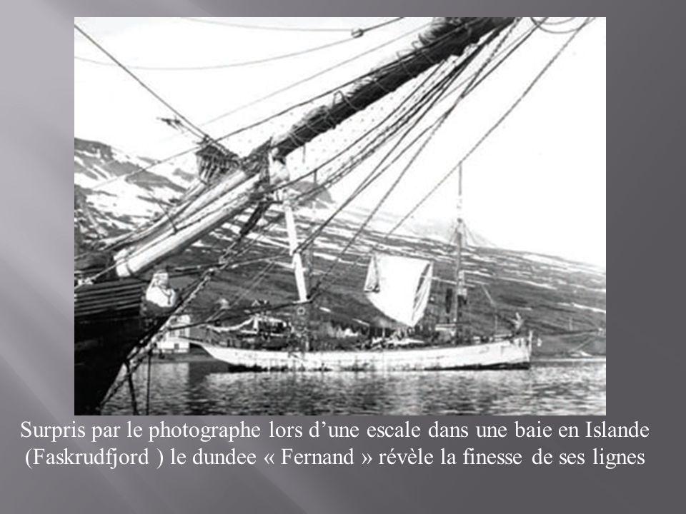 Surpris par le photographe lors d'une escale dans une baie en Islande (Faskrudfjord ) le dundee « Fernand » révèle la finesse de ses lignes