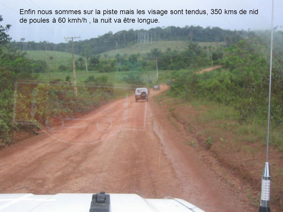 Enfin nous sommes sur la piste mais les visage sont tendus, 350 kms de nid de poules à 60 kmh/h , la nuit va être longue.