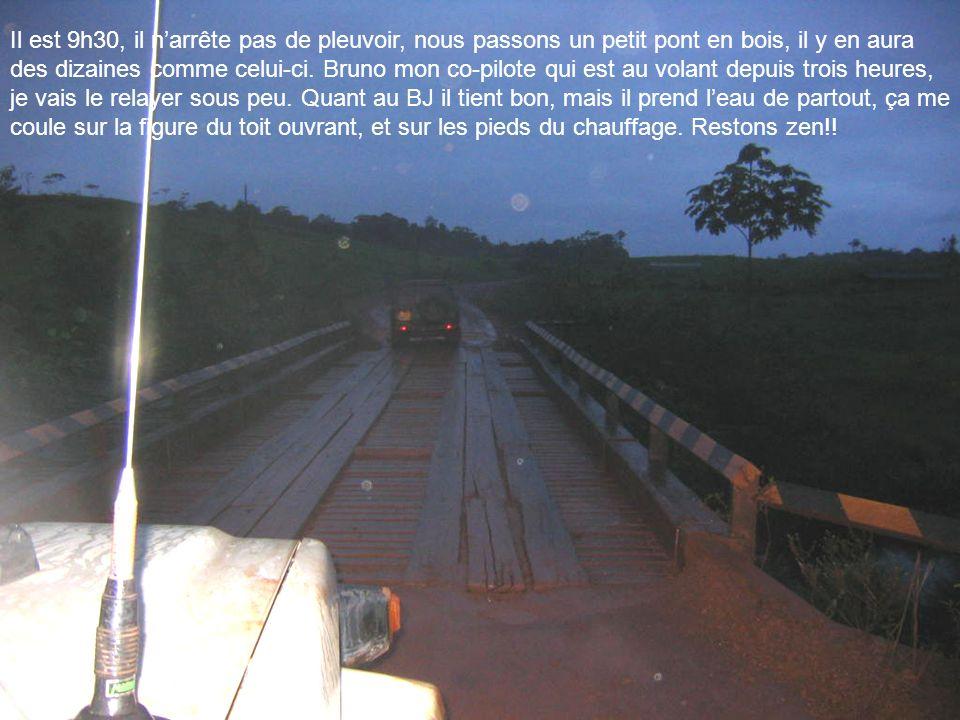 Il est 9h30, il n'arrête pas de pleuvoir, nous passons un petit pont en bois, il y en aura des dizaines comme celui-ci.
