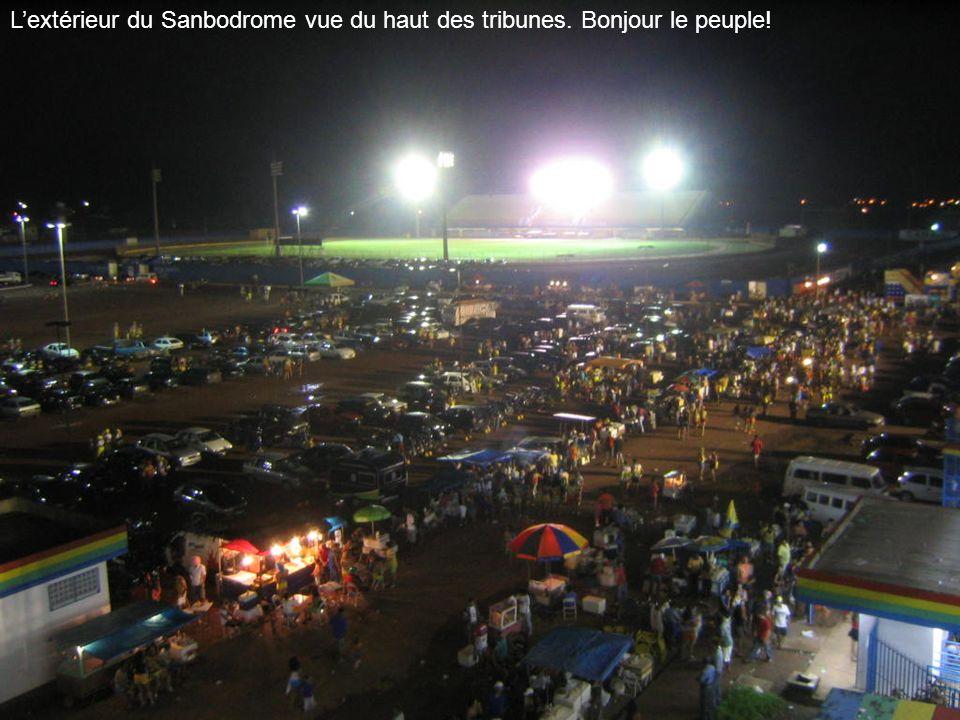 L'extérieur du Sanbodrome vue du haut des tribunes. Bonjour le peuple!