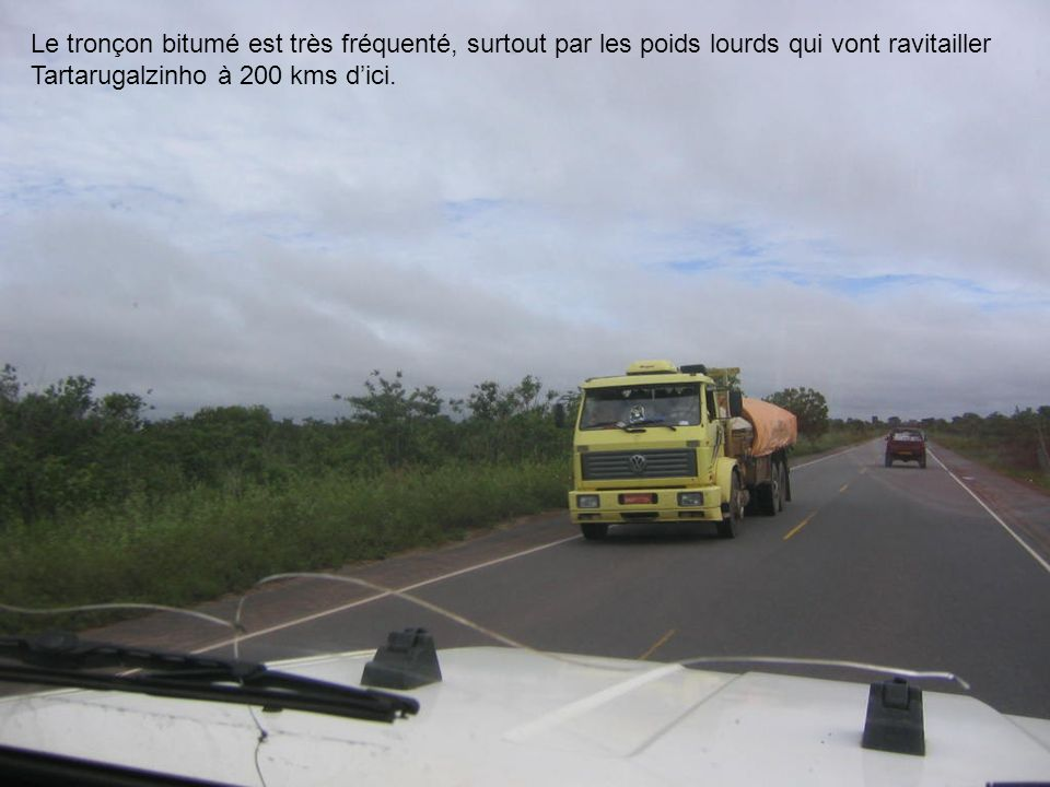 Le tronçon bitumé est très fréquenté, surtout par les poids lourds qui vont ravitailler Tartarugalzinho à 200 kms d'ici.