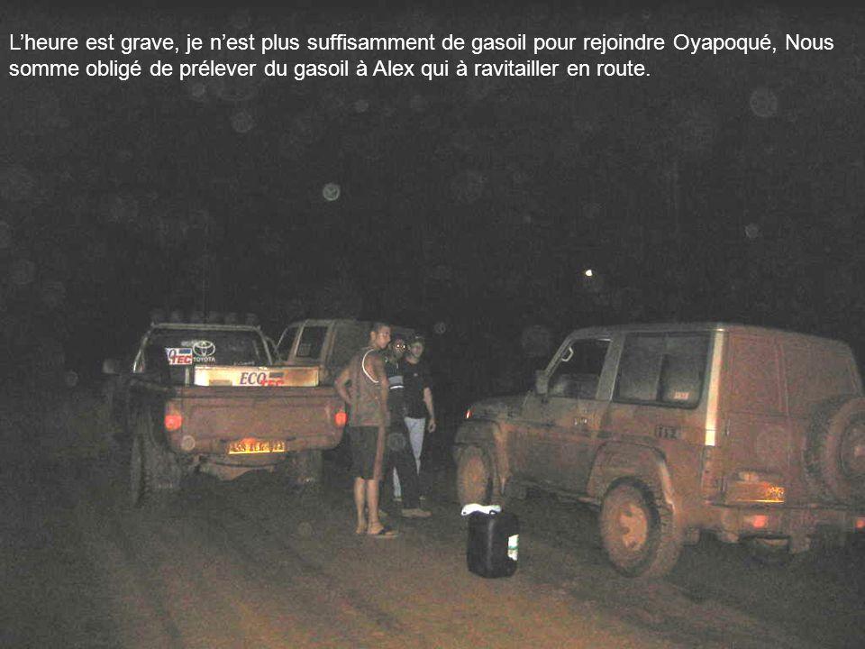 L'heure est grave, je n'est plus suffisamment de gasoil pour rejoindre Oyapoqué, Nous somme obligé de prélever du gasoil à Alex qui à ravitailler en route.