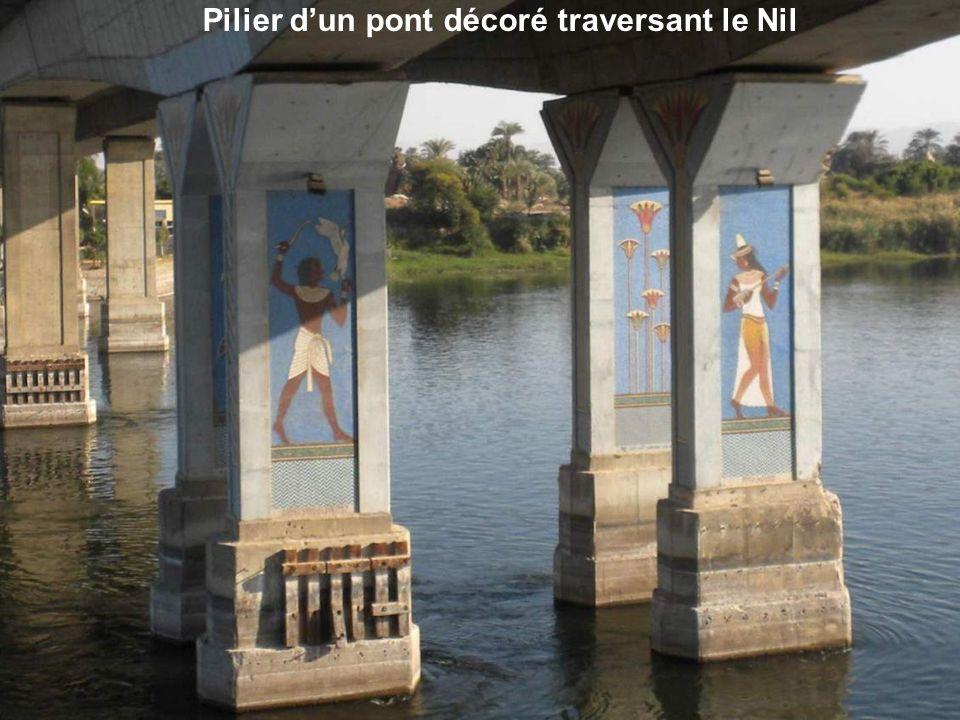 Pilier d'un pont décoré traversant le Nil