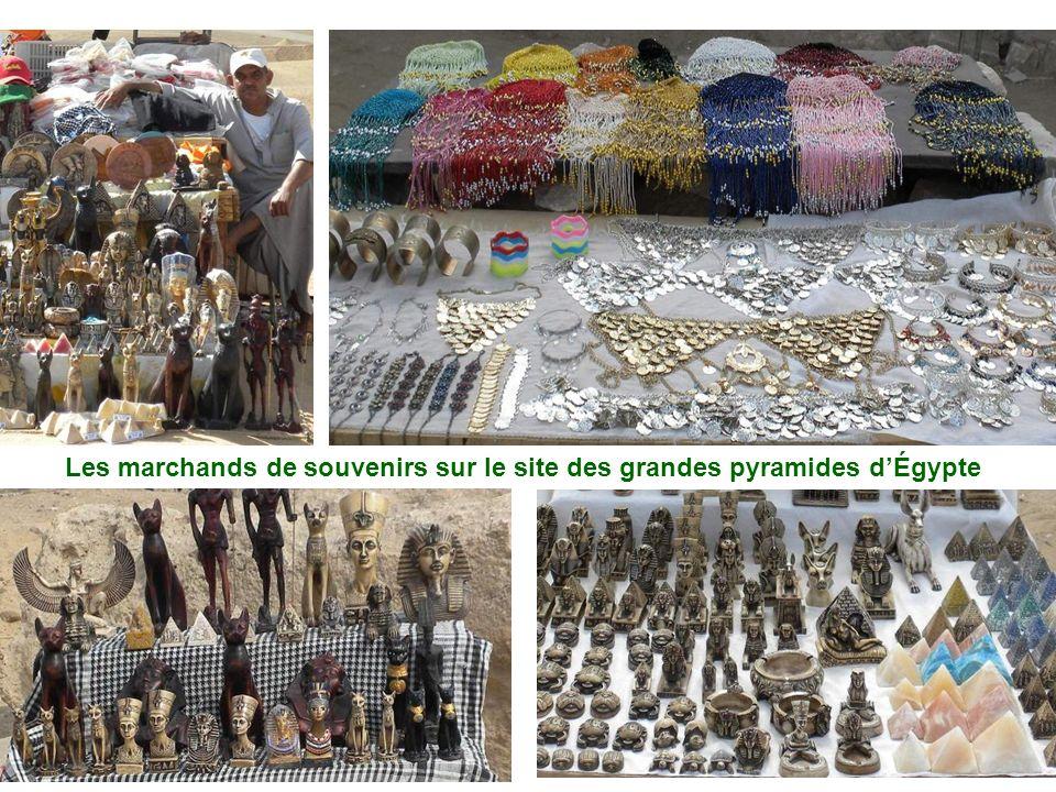 Les marchands de souvenirs sur le site des grandes pyramides d'Égypte