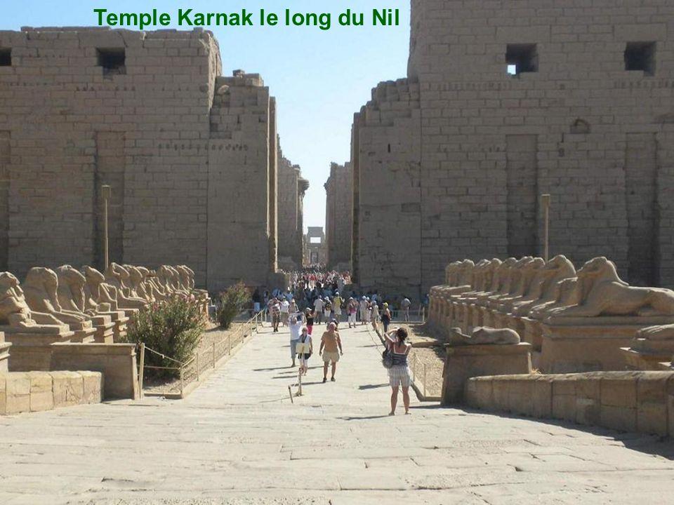 Temple Karnak le long du Nil
