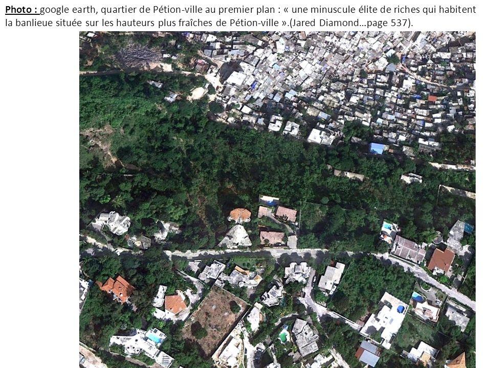 Photo : google earth, quartier de Pétion-ville au premier plan : « une minuscule élite de riches qui habitent la banlieue située sur les hauteurs plus fraîches de Pétion-ville ».(Jared Diamond…page 537).