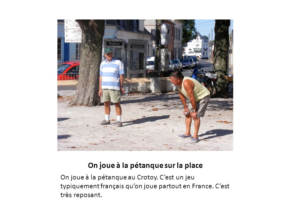 On joue à la pétanque sur la place