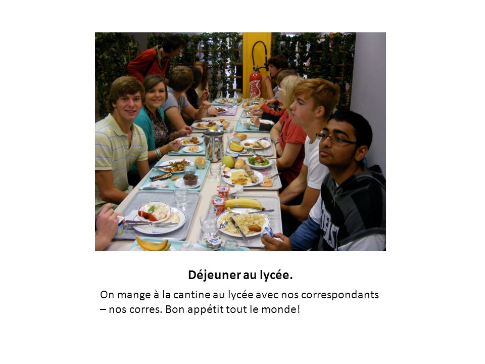 Déjeuner au lycée. On mange à la cantine au lycée avec nos correspondants – nos corres.
