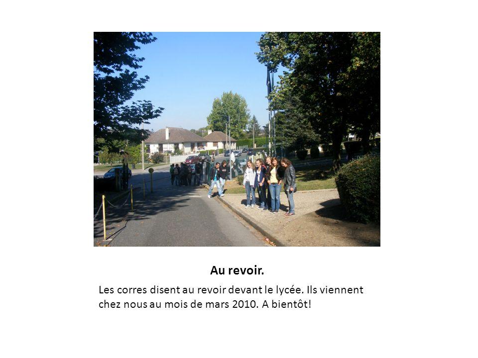 Au revoir. Les corres disent au revoir devant le lycée.