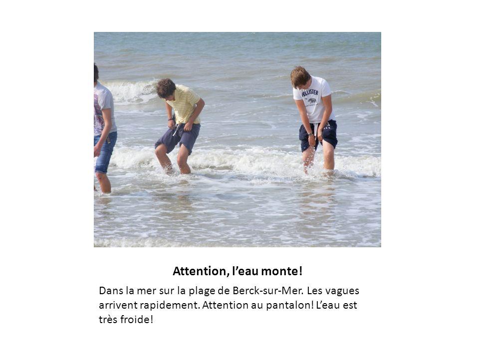 Attention, l'eau monte. Dans la mer sur la plage de Berck-sur-Mer.