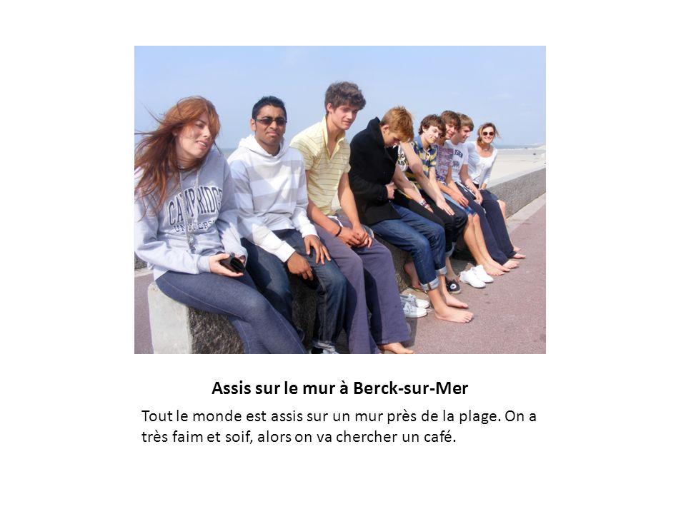 Assis sur le mur à Berck-sur-Mer