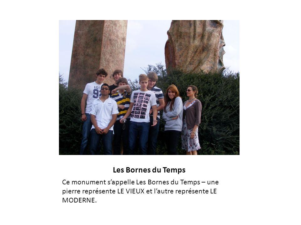 Les Bornes du Temps Ce monument s'appelle Les Bornes du Temps – une pierre représente LE VIEUX et l'autre représente LE MODERNE.