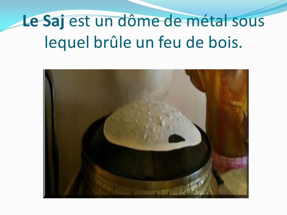 Le Saj est un dôme de métal sous lequel brûle un feu de bois.