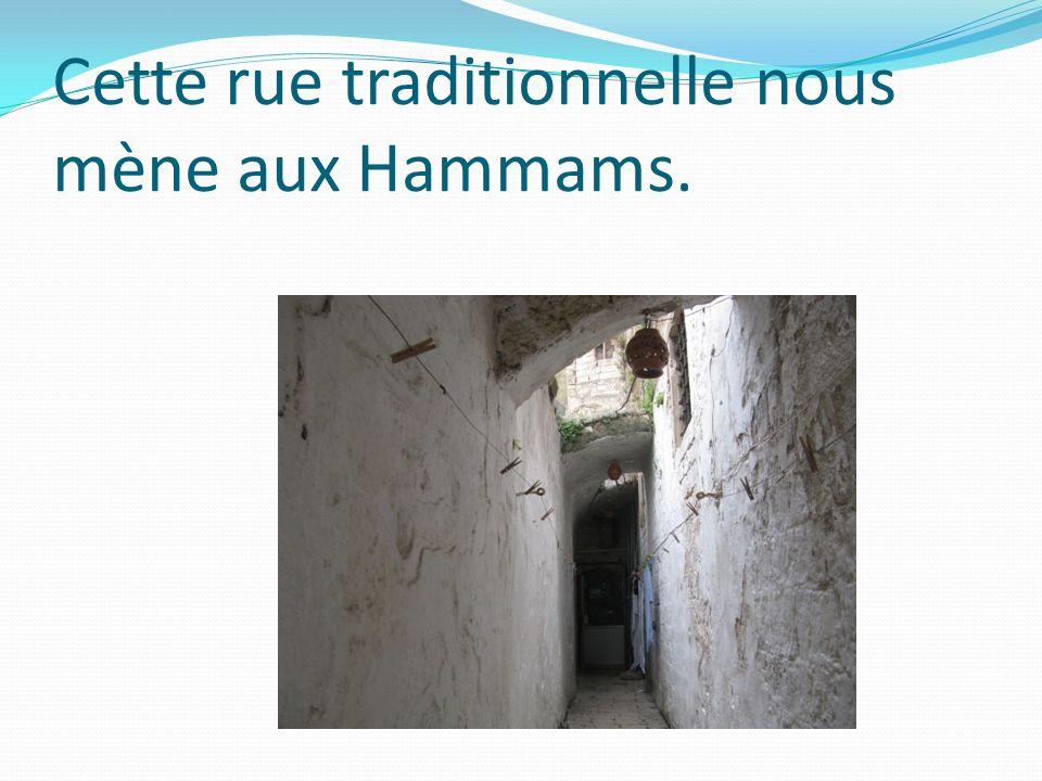 Cette rue traditionnelle nous mène aux Hammams.