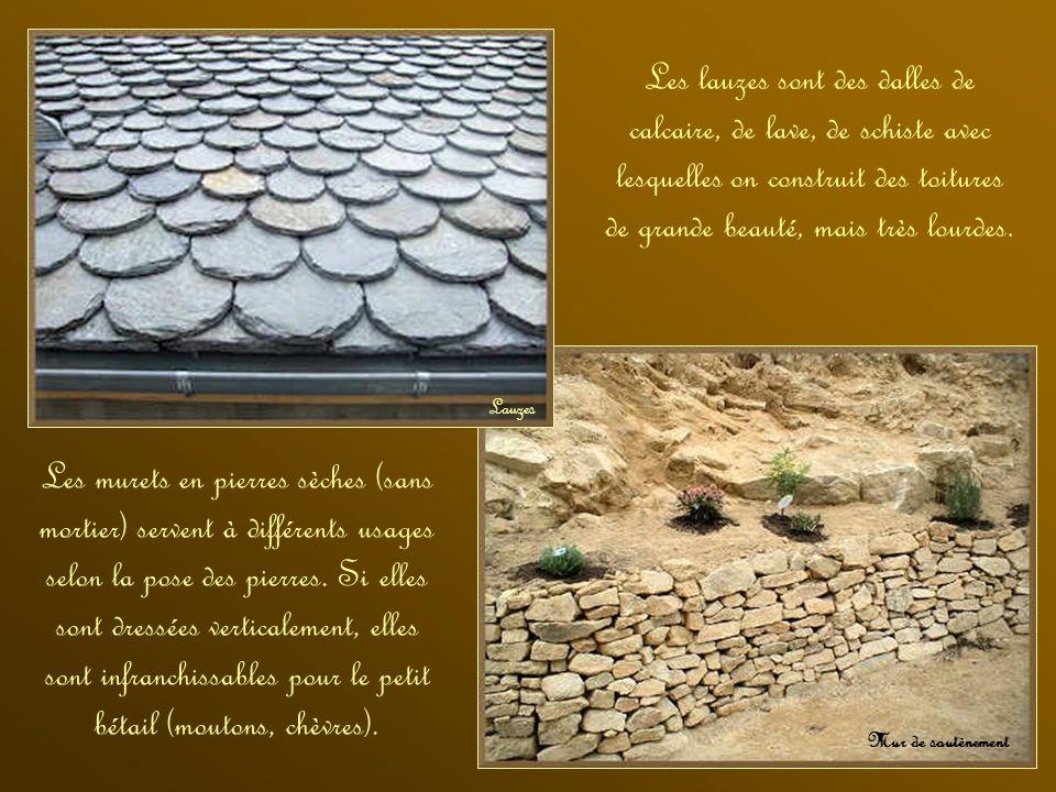 Les lauzes sont des dalles de calcaire, de lave, de schiste avec lesquelles on construit des toitures de grande beauté, mais très lourdes.