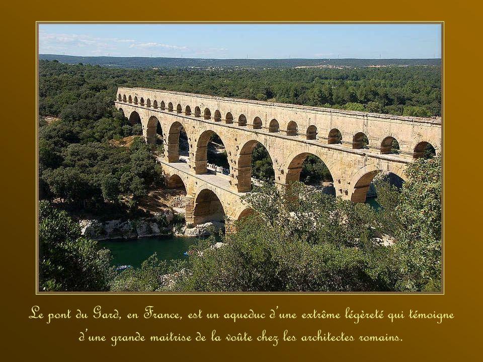 Le pont du Gard, en France, est un aqueduc d'une extrême légèreté qui témoigne d'une grande maitrise de la voûte chez les architectes romains.
