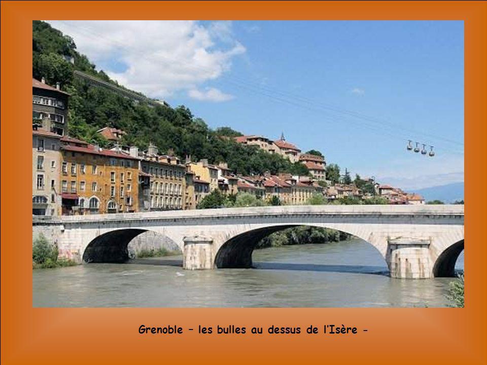Grenoble – les bulles au dessus de l'Isère -